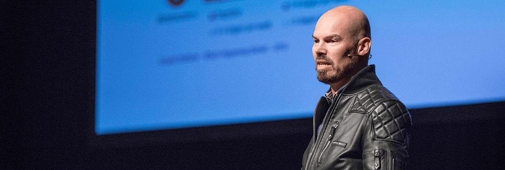 Gerard Duursma op het podium tijdens een lezing