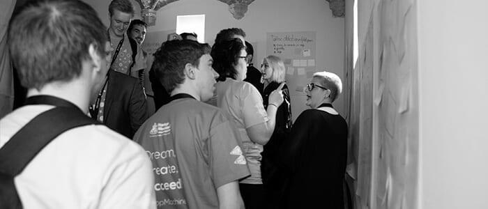Startup Weekend Leeuwarden deelnemers bekijken de verschillende startup ideeën
