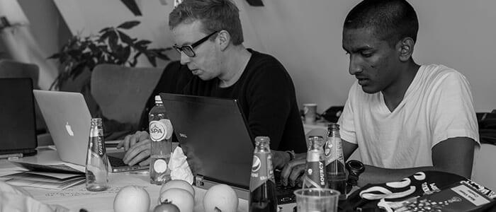 Startup Weekend deelnemers aan hun startup aan het bouwen