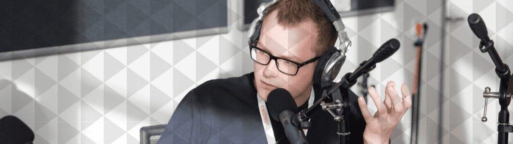 Skip van der Lande tijdens het opnemen van een podcast